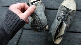 Idea del viaje, etiqueta y zapatos retros de la zapatilla de deporte almacen de metraje de vídeo