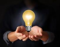 Idea della lampadina nella mano illustrazione di stock