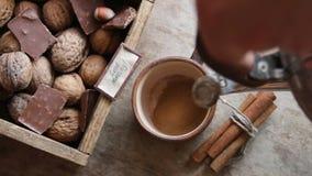 Idea di buongiorno, caffè di mattina sulla tavola d'annata stock footage