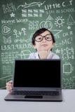Idea di pensiero della ragazza con il computer portatile nella classe Fotografia Stock