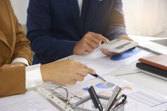 Idea di progettazione di riunione delle persone di affari, investitore professionale che lavora nell'ufficio per il nuovo progett fotografie stock