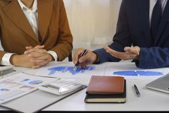 Idea di progettazione di riunione delle persone di affari, investitore professionale che lavora nell'ufficio per il nuovo progett fotografie stock libere da diritti