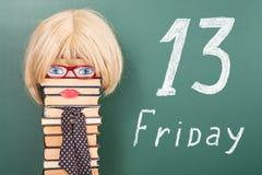 Idea divertente di istruzione, insegnante della donna davanti alla lavagna con Fotografie Stock