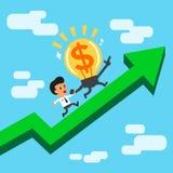 Idea grande y hombre de negocios del dinero del personaje de dibujos animados que corren en una flecha verde Foto de archivo