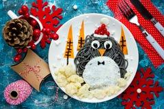 Idea para los niños - spagehetti negro del arte de la comida de la diversión del pingüino con frito Imagenes de archivo