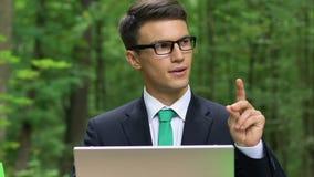 Idea que mecanografía del trabajador joven en el ordenador portátil, nueva generación del negocio, eco-amistad metrajes