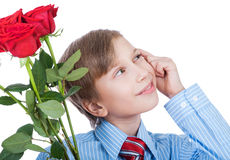 Idea romántica del regalo. Muchacho rubio hermoso que lleva una camisa y un lazo que celebran la sonrisa de las rosas rojas Fotografía de archivo libre de regalías