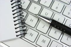 Idea. Teclado de ordenador. Libreta. Pluma Imagen de archivo libre de regalías