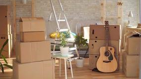 Idea, un cuarto vacío con las cajas para la casa móvil, nadie almacen de video