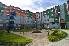 ideal микрорайона застроенного муниципальным домами ягнится спортивная площадка Стоковые Изображения