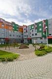 ideal микрорайона застроенного муниципальным домами ягнится спортивная площадка Стоковое Изображение RF