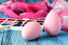 Ideal creativo casero para los huevos de Pascua con la pintura festiva Fotos de archivo