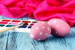 Ideal creativo casero para los huevos de Pascua con la pintura festiva Imagen de archivo libre de regalías