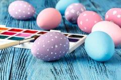 Ideal creativo casero para los huevos de Pascua con la pintura festiva Imagenes de archivo