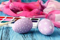 Ideal creativo casero para los huevos de Pascua con la pintura festiva Foto de archivo