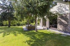 Ideal soleado del jardín para las barbacoas del verano Foto de archivo libre de regalías