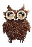 Ideal zum Frühstück Kaffee Zahl Eulen gemacht von den Kaffeebohnen Stockbild