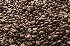 Ideal zum Fr?hst?ck Gebratener Kaffeebohnehintergrund lizenzfreie stockfotografie
