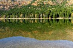 Idealny jesieni jeziora widok Obrazy Royalty Free