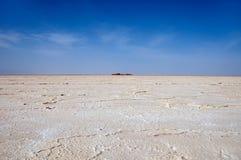 Idealt vita jorder av de Danakil dalsolonchaksna och den blåa himlen med tunna genomskinliga vita moln, Etiopien Arkivbild