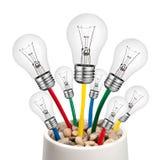 Ideas alternativas - bombillas con los cables Fotografía de archivo