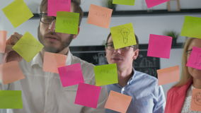 Ideas creativas de la reunión de reflexión del equipo del negocio que trabajan juntos compartiendo datos tarde en la noche despué metrajes