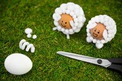 Ideas de la artesanía de Pascua con los huevos y las bolas de algodón, diy y uno mismo Fotos de archivo
