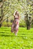 Ideas de la forma de vida de la juventud Retrato de la mujer caucásica optimista y feliz Fotografía de archivo libre de regalías