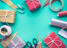 Ideas de los conceptos de los fondos de la fiesta de cumpleaños de la celebración con el adornamiento del presente de la caja de  Foto de archivo