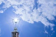 Ideas, el sol, una bombilla. Imágenes de archivo libres de regalías