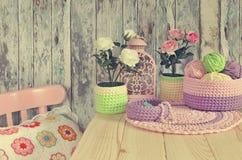 Ideas hechas punto de la decoración para el hogar Cestas del ganchillo, tapetitos, almohada Imagenes de archivo