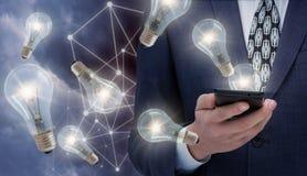 Ideas para el negocio de Internet usando los teléfonos móviles Foto de archivo libre de regalías