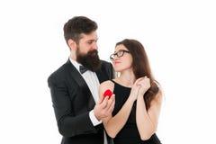 Ideeën voor uniek aanzoek Het paar viert verjaardagsrelaties Hoop houdt zij van ring Voorstel van huwelijk stock foto's