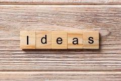Ideeënwoord op houtsnede wordt geschreven die ideeëntekst op lijst, concept royalty-vrije stock afbeeldingen