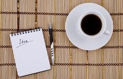 Idee dat in blocnote, van de Pen en van de Koffie Kop wordt geschreven Royalty-vrije Stock Foto's