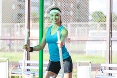 Idee dello sport Sportiva caucasica professionale in attrezzatura di addestramento Fotografie Stock