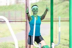 Idee dello sport Sportiva caucasica professionale nel processo di addestramento Immagini Stock