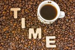 Idee der Kaffee-Zeit Schale mit gebrautem Kaffee wird durch gebratenen KornKaffeebaum mit der Wortzeit umgeben, gebildet vom hölz Lizenzfreies Stockbild