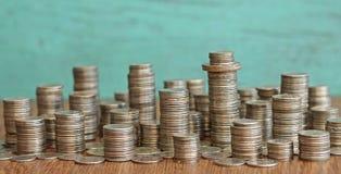 Idee des Materialismus - Stadt gemacht von den Münzen Lizenzfreies Stockfoto