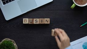 Idee di affari, donna che fa frase dei cubi, 'brainstorming', creazione di partenza video d archivio