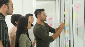 Idee di 'brainstorming' del gruppo di affari con le note appiccicose archivi video