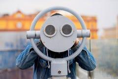 Idee di divertimento l'uomo guarda tramite il suo binocolo sul primo piano dell'allerta Immagine Stock Libera da Diritti
