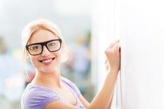 Idee di scrittura della donna sulle note adesive Immagine Stock Libera da Diritti