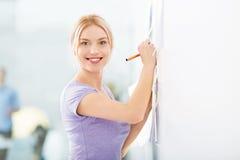 Idee di scrittura della donna sulle note adesive Fotografie Stock