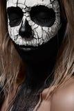 Idee di trucco di Halloween Cranio bianco sul fronte nero Fotografia Stock