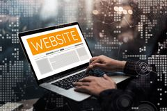 Idee digitali di concetto di vendita del sito Web con la mano maschio facendo uso del computer immagini stock