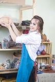 Idee e concetti di professioni Giovane vasaio femminile caucasico felice Immagine Stock