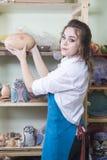 Idee e concetti di professioni Giovane vasaio femminile caucasico felice Immagini Stock