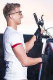 Idee e concetti di sport Atleta maschio di risata nella buona misura fotografia stock libera da diritti