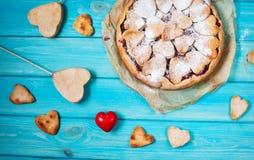 Idee für die Feier von Valentinsgruß ` s Tag: Kirschtorte mit dem Dekor der Teig im Formherzen auf Holztisch stockfotos